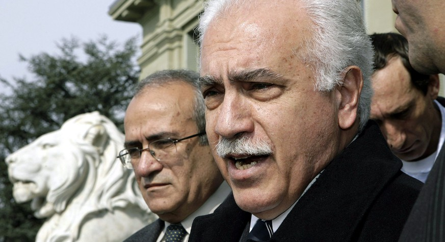ARCHIV --- ZUR MELDUNG, DASS DIE SCHWEIZ DAS URTEIL IM FALL PERINCEK WEITERZIEHT, STELLEN WIR IHNEN FOLGENDES BILD ZUR VERFUEGUNG --- Turkish Workers Party IP leader Dogu Perincek answers journalist's questions in front of the Palais de Justice, in Lausanne, Switzerland, Friday, March 9, 2007. The Lausanne district court has found Dogu Perincek guilty of racial discrimination for denying the 1915 Armenian massacre as genocide. The court in Lausanne agreed with the prosecutor's demand and handed Perinçek a suspended fine of SFr 9000 ($7336) as well as a one-time financial penalty of SFr 3000 ($2456). The court also ruled that Perinçek would have to pay SFr 1000 ($819) to the Swiss-Armenian Association as a symbolic gesture. The head of the left-wing Turkish Workers' Party was brought to court after calling the genocide