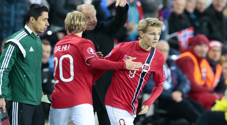 Norway´s youngest player ever, Martin Odegaard (9), replaces  Mats Moeller Daehli during the Euro 2016 Group H qualifying football match Norway vs Bulgaria in Oslo, Norway on October 13, 2014.   AFP PHOTO / SCANPIX NORWAY /  NORWAY OUT