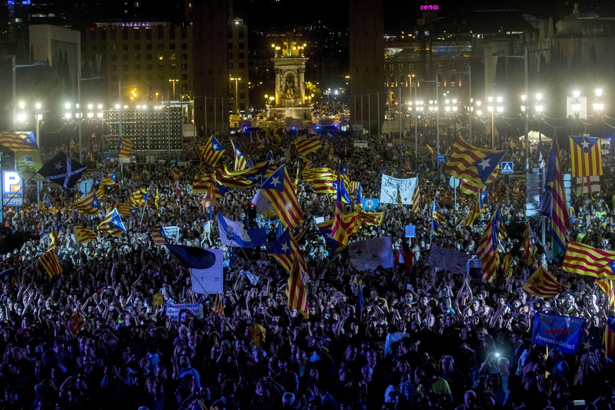 epa06235005 People gather during a demonstration to support the Catalan independence referendum in Barcelona, Spain, 29 September 2017. Catalonia is to hold an independence referendum on 01 October, which has been declared illegal by the Spanish Constitutional Court.  EPA/Quique Garcia