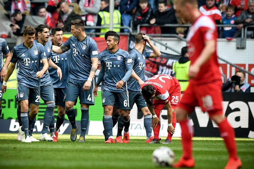 epa07506154 Bayern's Thomas Mueller (L) celebrates with his teammates after Kinglsey Coman scored  the 1-0 lead during the German Bundesliga soccer match between Fortuna Duesseldorf and FC Bayern Munich in Duesseldorf, Germany, 14 April 2019.  EPA/SASCHA STEINBACH CONDITIONS - ATTENTION: The DFL regulations prohibit any use of photographs as image sequences and/or quasi-video.