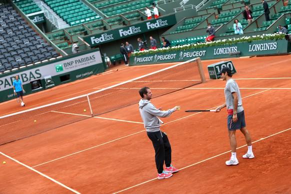 01.06.2014; Paris; Tennis - Roland Garros 2014; Roger Federer (R, SUI) im Training mit seinem Trainer Severin Luethi (Erika Tanaka/freshfocus)