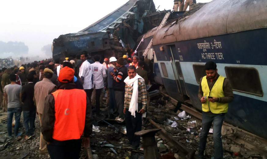 epa05639139 Rescue works continue at the site of an accident where coaches of an Indore-Patna Express train derailed off the tracks, near Pukhrayan area, in Kanpur, India, 20 November 2016. According to reports, over 60 people were killed and more than 100 were injured after 14 coaches of an Indore-Patna Express train derailed in the early morning hours.  EPA/RITESH SHUKLA -- BEST QUALITY AVAILABLE