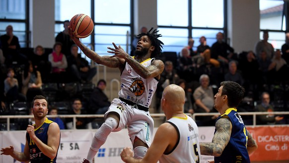 Luganos Dominique Rambo, Mitten, in Aktion, waehrend dem Meisterschaftsspiel der Swiss Basketball League zwischen den Lugano Tigers und Union Neuchatel Basket, am Samstag, 31. Maerz 2018, in Lugano. (KEYSTONE/Ti-Press/Samuel Golay)