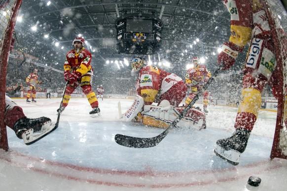 Biels Goalie Jonas Hiller muss den Treffer zum 0:1 hinnehmen im Eishockey Meisterschaftsspiel der National League zwischen dem EHC Biel und dem HC Lausanne, am Freitag, 20. Oktober 2017, in der Tissot Arena in Biel. (KEYSTONE/Peter Schneider)