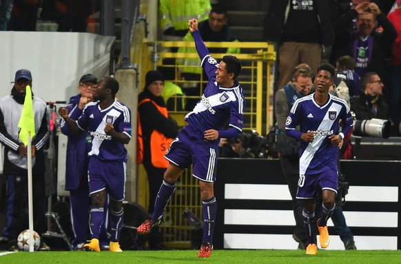 Anderlecht's midfielder from Honduras Andy Najar (C) celebrates after scoring against Arsenal during a UEFA Champions League group stage football match Anderlecht vs Arsenal at the Constant Vanden Stock stadium in Anderlecht on October 22, 2014.   AFP PHOTO / EMMANUEL DUNAND