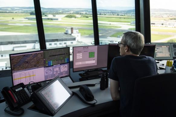 Ein Mitarbeiter von Skyguide ueberwacht den Flugverkehr auf Bildschirmen anlaesslich der Einweihung des neuen Kontrollturm auf der Air Base, am Donnerstag, 13. August 2020, auf dem Flugplatz in Payerne. (KEYSTONE/Peter Schneider)