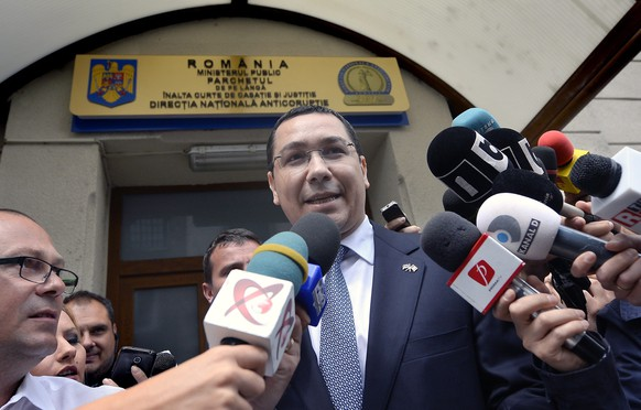epa04783858 Romanian Prime Minister Victor Ponta makes a statement on the stairs of the National Anti-Corruption Bureau (DNA) headquarters, were he went to answer prosecutors' questions, in Bucharest, Romania, 05 June 2015. Prime Minister Victor Ponta is being investigated for alleged complicity in tax evasion and money laundering, according to the Romanian Anti-corruption Bureau.  EPA/OCTAV GANEA ROMANIA OUT