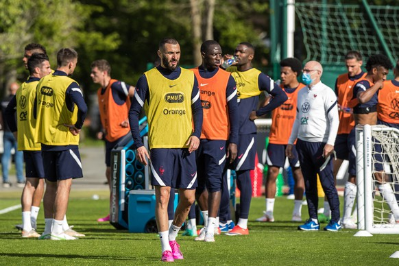epa09231716 French national soccer team striker Karim Benzema (C) attends his team's training session in Clairefontaine-en-Yvelines, outside Paris, France, 27 May 2021. Benzema has been selected to be part of France's squad for the upcoming UEFA EURO 2020 soccer championship.  EPA/CHRISTOPHE PETIT TESSON