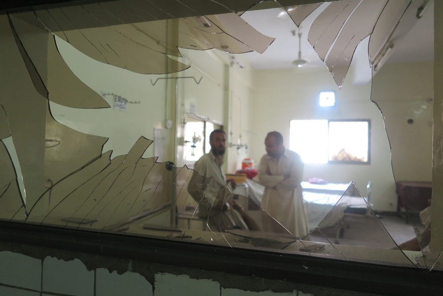 epa05464068 A view of a broken glass at the hospital following a bomb blast  in restive Quetta, Pakistan, 08 August 2016. At least 34 people mostly lawyers including two journalists were killed when a bomb exploded when dozensof lawyers and journalists gather outside the civil hospital following the assasination of lawyers senior fellow in a target killing in Quetta, 08 August 2016.  EPA/FAYYAZ AHMED