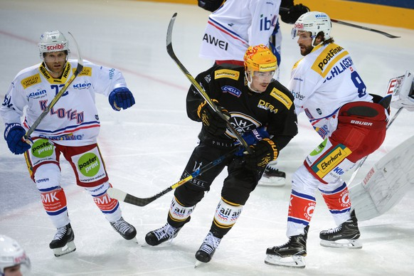 Kloten's player Patrick von Gunten, Lugano's player Dario Buergler and Kloten's player Roman Schlagenhauf, from left, fight for the puck during the National League game of the Swiss Championship 2017/18 between HC Lugano and EHC Kloten at the stadium Resega in Lugano, Switzerland, Tuesday, September 12, 2017. (PHOTOPRESS/Davide Agosta)
