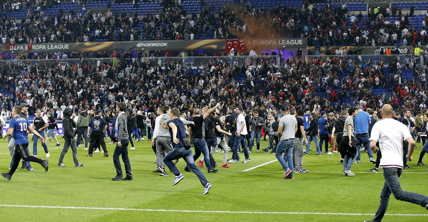 epa05906662 Supporters invade the pitch before the UEFA Europa League quarter final, first leg soccer match between Olympique Lyon and Besiktas Istanbul, at Parc Olympique Lyonnais stadium in Lyon, France, 13 April 2017.  EPA/SEBASTIEN NOGIER