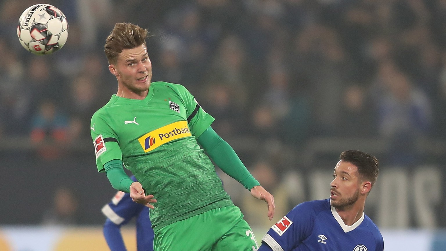 epa07339133 Moenchengladbach's Nico Elvedi (L) in action against Schalke's Mark Uth during the German Bundesliga soccer match between FC Schalke 04 and Borussia Moenchengladbach in Gelsenkirchen, Germany, 02 February 2019.  EPA/FRIEDEMANN VOGEL CONDITIONS - ATTENTION: The DFL regulations prohibit any use of photographs as image sequences and/or quasi-video.