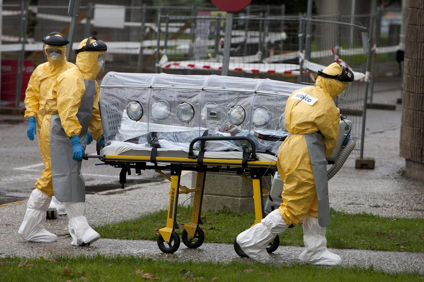 epa04999651 Medical workers move a woman, who is suspected of having Ebola, upon her arrival at Meioxeiro Hospital, in Vigo, northwestern Spain, 28 October 2015. The patient was transfered from the city of A Coruna, where she was admitted to an A Coruna hospital a day before showing 'epidemic and clinical signs compatible with Ebola', according to regional authorities. She is being checked for the Ebola virus.  EPA/SALVADOR SAS
