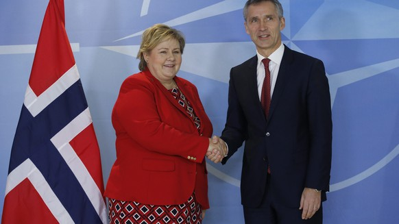 epa04573554 NATO Secretary General Jens Stoltenberg (L) welcomes Norwegian Prime Minister Erna Solberg prior to a meeting at Alliance Headquarters in Brussels, Belgium, 21 January 2015.  EPA/OLIVIER HOSLET