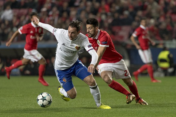 epa06369675 Basel's Luca Zuffi, left, fights for the ball against Benfica's Pizzi, right, during the UEFA Champions League Group stage Group A matchday 6 soccer match between Portugal's SL Benfica and Switzerland's FC Basel 1893 in Benfica's stadium Estadio da Luz in Lisbon, Portugal, on Tuesday, December 5, 2017.  EPA/GEORGIOS KEFALAS