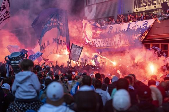 Die Spieler des FC Luzern feiern den Cupsieg mit ihren Fans vom Balkon der Messe Luzern aus, anlaesslich des Schweizer Cup Finals zwischen dem FC Luzern und dem FC St. Gallen, am Montag, 24. Mai 2021. (KEYSTONE/Stringer)