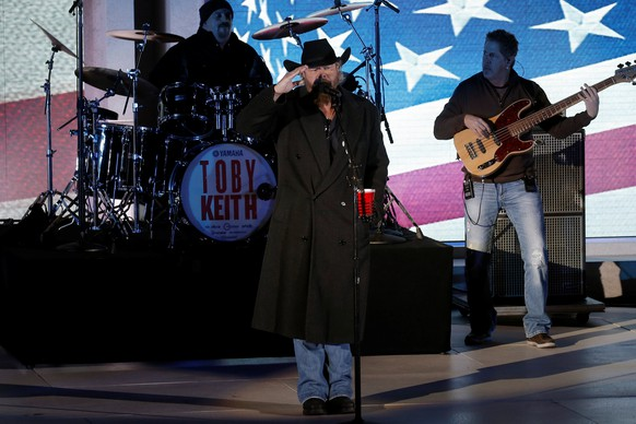 """Toby Keith performs at the """"Make America Great Again! Welcome Celebration"""" concert at the Lincoln Memorial in Washington, U.S., January 19, 2017. REUTERS/Mike Segar"""