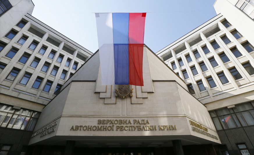epa04126620 A Russian flag is seen on Crimea's regional parliament building in Simferopol, Crimea, Ukraine, 15 March 2014. The Moscow-leaning Crimea region is due to hold a referendum on 16 March on whether to break away from Ukraine and join Russia, with observers fearing worsening violence on the peninsula ahead of the vote. Hopes for a diplomatic solution to the crisis faded on 14 March after six-hour talks between US Secretary of State John Kerry and his Russian counterpart Sergei Lavrov ended with 'no common vision', as Lavrov put it.  EPA/YURI KOCHETKOV