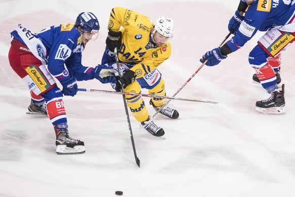 Davoser Broc Little, Mitte, spielt um den Puck gegen Marc Marchon, links, von Kloten waehrend dem Eishockey-Meisterschaftsspiel der National League zwischen den EHC Kloten und dem HC Davos am Freitag, 15. September 2017, in der SWISS Arena in Kloten. (KEYSTONE/Ennio Leanza)