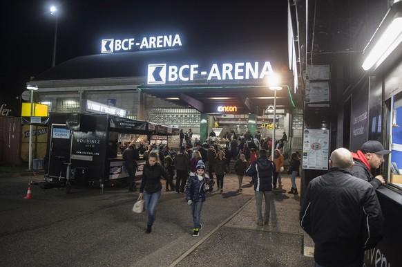 Zuschauer warten vor der BCF Arena auf das Eishockey Meisterschaftsspiel der National League A zwischen dem HC Fribourg-Gotteron und dem Lausanne HC, LHC, am Freitag, 12. Dezember 2014, in der BCF Arena in Fribourg. (KEYSTONE/Marcel Bieri)