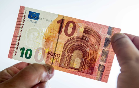 epa04412424 The redesigned ten euro note is displayed in the building of the DNB, the central bank of the Netherlands, in Amsterdam, The Netherlands, 22 September 2014. The notes, that contain extra security features to make it more difficult for counterfeiters to reproduce, will be put in circulation on 23 September 2014.  EPA/LEX VAN LIESHOUT