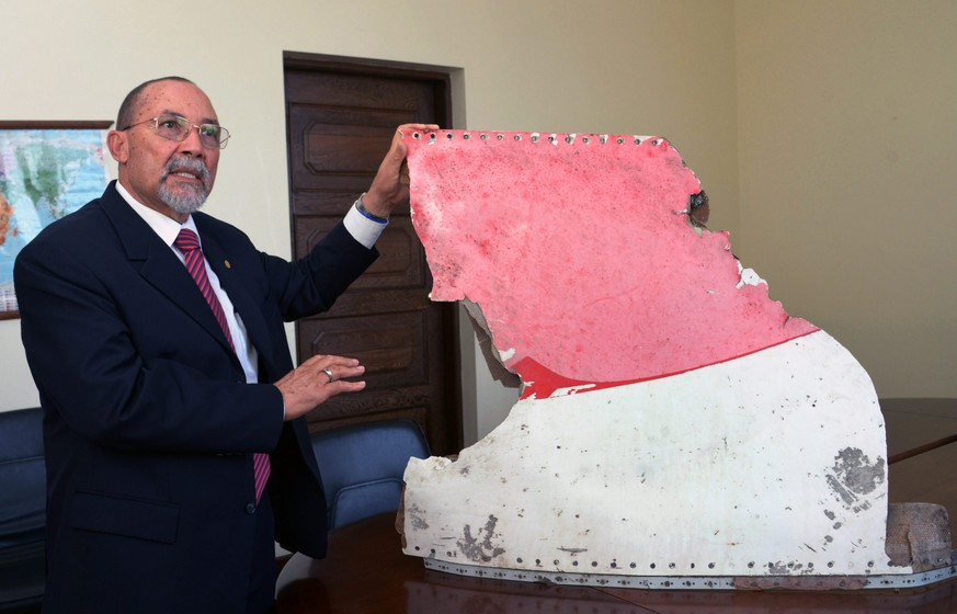 epa05527036 Joao de Abreu, president of Mozambique Civil Aviation Authority, shows one of three pieces of plane debris, possibly belonging to missing flight MH370, during a press conference in Maputo, Mozambique, 06 September 2016. Mozambique authorities displayed three pieces of debris of a plane, possibly belonging to the missing Malaysia Airlines MH370 flight that disappeared on 08 March 2014 while flying between Kuala Lumpur and Beijing. The debris were found in Xai Xai, Gaza province south of Mozambique, and in Inhambane province in the north of the country.  EPA/ANTONIO SILVA
