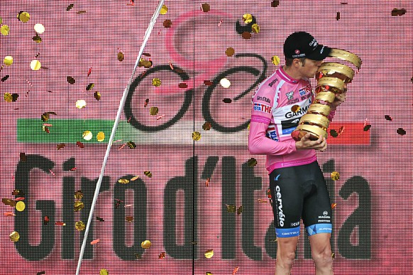 ZUM GIRO D'ITALIA 2015 VOM 9. MAI BIS ZUM 31. MAI STELLEN WIR IHNEN FOLGENDES BILDMATERIAL ZUR VERFUEGUNG - Canada's Ryder Hesjedal  Kisses the trophy after winning the 95th Giro d'Italia, Tour of Italy cycling race, in Milan, Italy, Sunday, May 27, 2012. Hesjedal won the 95th Giro d'Italia finishing 16 seconds ahead of Joaquin Rodriguez in the general classification after overhauling the Spaniard's lead on the final stage in Milan. Hesjedal started the 21st stage 31 seconds behind Rodriguez, but completed the 28.2-kilometer (17.52-mile) individual time trial in 34 minutes, 15 seconds to finish the race in a total time of 91 hours, 39 minutes and 2 seconds. He becomes the first Canadian to win the Giro. Marco Pinotti won the stage in 33:06. (KEYSTONE/AP Photo/Gian Mattia D'Alberto)
