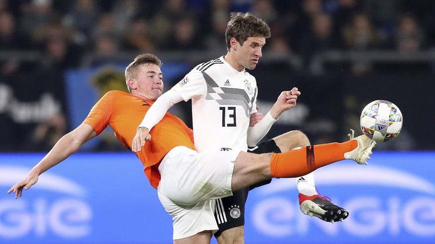 epa07178165 Germany's Thomas Mueller (R) in action against Netherland's Matthijs de Ligt (L) during the UEFA Nations League soccer match between Germany and the Netherlands in Gelsenkirchen, Germany, 19 November 2018.  EPA/FRIEDEMANN VOGEL