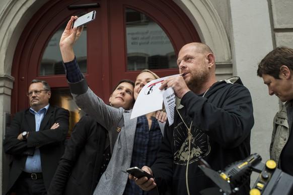 """Menschen fotografieren sich selbst mit seinem Selfie an der Solidaritaetskundgebung """"Geri bleibt!"""" vor dem Stadthaus am Montag, 25. August 2014 in Baden. Der wegen Nackt-Selfies in die Schlagzeilen geratene Badener Stadtammann und Nationalrat Geri Mueller muss seine Fuehrungs- und Repraesentativaufgaben vorlaeufig abgeben. (KEYSTONE/Ennio Leanza)"""