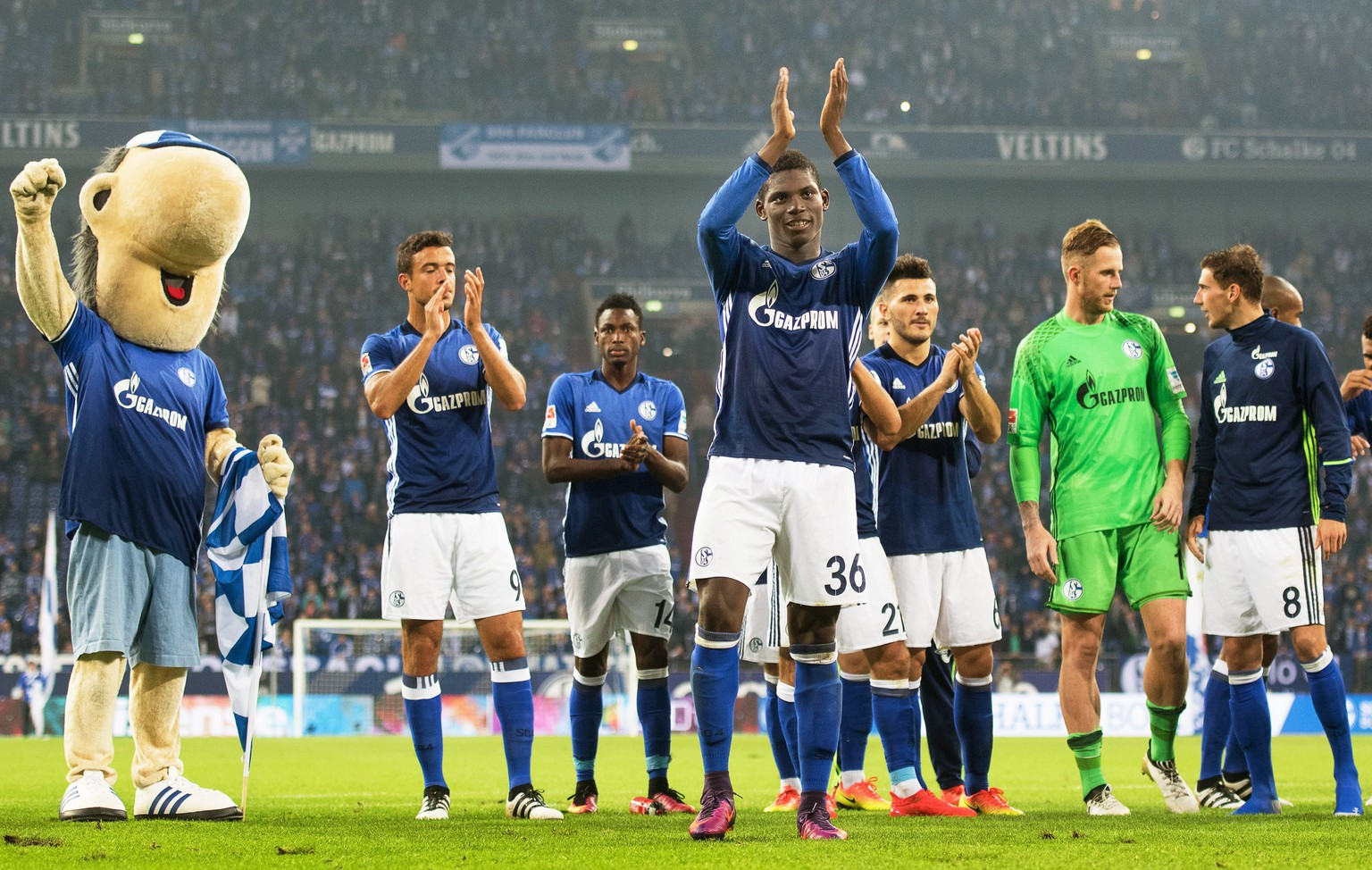 epa05567140 Schalke's Breel Embolo (C) applauds fans after the German Bundesliga soccer match between FC Schalke 04 and Borussia Moenchengladbach in Gelsenkirchen, Germany, 02 October 2016. Schalke won 4-0.  EPA/BERND THISSEN (EMBARGO CONDITIONS - ATTENTION - Due to the accreditation guidelines, the DFL only permits the publication and utilisation of up to 15 pictures per match on the internet and in online media during the match)