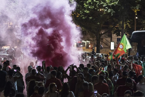 epa05419952 Fans of Portugal celebrate the victory of the Portuguese national soccer team at the Euro 2016 European Soccer Championships, after the final match nbetween Portugal and France in Bern, Switzerland, 10 July 2016.  EPA/ALESSANDRO DELLA VALLE