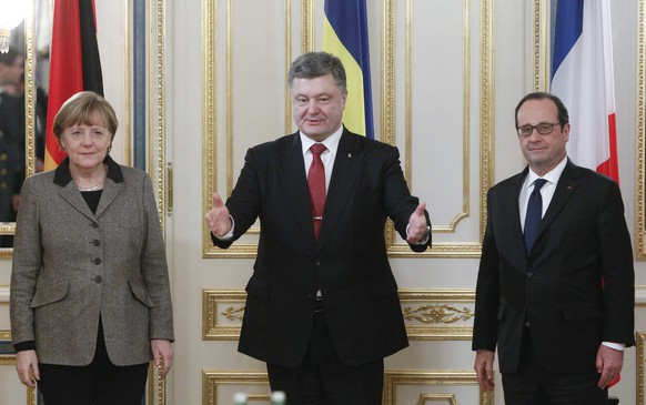 Ukraine's President Petro Poroshenko (C) gestures by German Chancellor Angela Merkel and French President Francois Hollande during their talks in Kiev, February 5, 2015. The leaders of Germany and France announced a new peace plan for Ukraine on Thursday, flying to Kiev with a new proposal they would then take on to Moscow. REUTERS/Valentyn Ogirenko (UKRAINE  - Tags: POLITICS)
