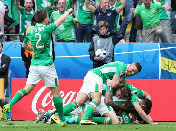 epa05362294 Irish players celebrate the 1-0 goal  during the UEFA EURO 2016 group E preliminary round match between Ireland and Sweden at Stade de France in Saint-Denis, France, 13 June 2016.