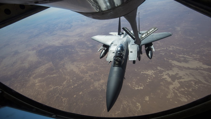 epa05668499 A handout picture obtained from the US Department of Defense on 10 December 2016 shows a US Air Force F-15 Strike Eagle jet receiving fuel from a KC-135 Stratotanker in support of a Combined Joint Task Force Operation Inherent Resolve mission against targets of the so-called militant group 'Islamic State' (IS) over Iraq, 07 December 2016.  EPA/MATTHEW FREDERICKS/US DEPARTMENT OF DEFENSE/HANDOUT  HANDOUT EDITORIAL USE ONLY/NO SALES