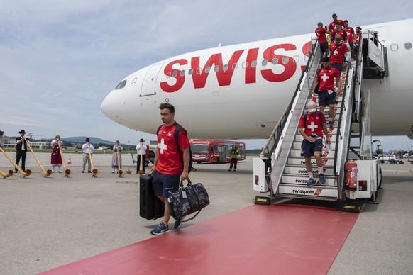 Die Spieler der Schweizer Nationalmannschaft werden nach ihrem Ausscheiden im Viertelfinal der Fussball Europameisterschaft 2020 am Flughafen in Zuerich empfangen, aufgenommen am Samstag, 3. Juli 2021. (KEYSTONE/Ennio Leanza).
