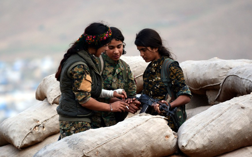 epa06664477 Syrian and Iraqi Kurdish female fighters of the Women's Protection Units (YPJ) and Rojava Defence Units take up position at a military barracks near the northern Iraqi town of Sinjar, Iraq, 11 April 2018 (issued 12 April 2018). Hundreds of Kurdish women, including Yazidis from Syria and Iraq have taken part in the fighting against Islamic state group (IS), and control the borders areas in Syria and neighboring Iraq to protect their community from suspected attacks by (IS) members. The group is the female counterpart to the Kurdish People's Protection Units (YPG), the armed branch of the leading Kurdish Democratic Union Party (PYD) and key component of the US-backed Kurdish-Arab 'Syria democratic forces' (SDF).  EPA/MURTAJA LATEEF