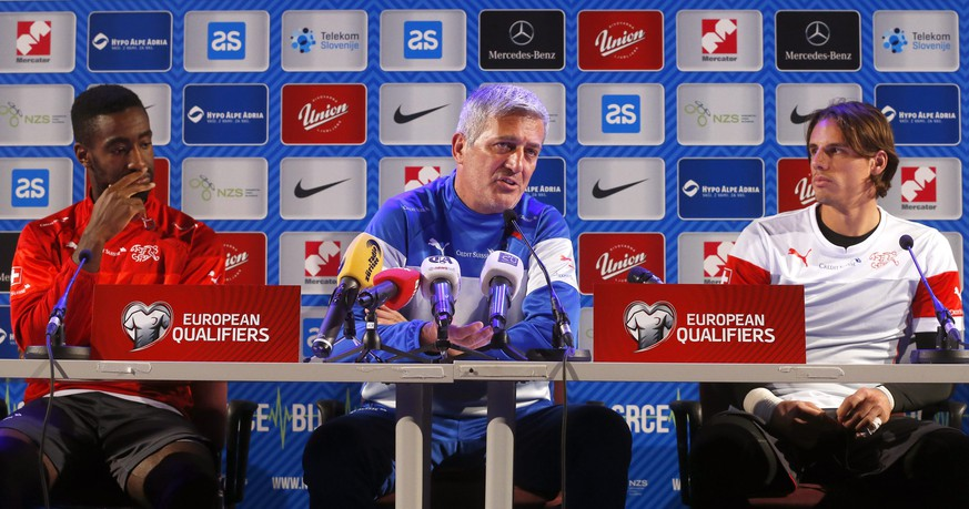 epa04437465 Swiss national soccer team head coach Vladimir Petkovic (C), goalkeeper Yann Sommer (R) and Johan Djourou (L) attend a press conference in Maribor, Slovenia, 08 October 2014. Switzerland will face Slovenia in the UEFA EURO 2016 qualifying soccer match on 09 October 2014.  EPA/ANTONIO BAT