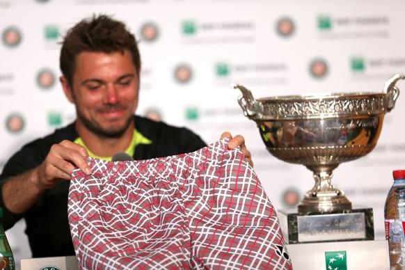 07.06.2015; Paris; Tennis - Roland Garros 2015; Pressekonferenz nach dem Spiel, Stan Wawrinka (SUI) zeigt seine Hose (Erika Tanaka/freshfocus)