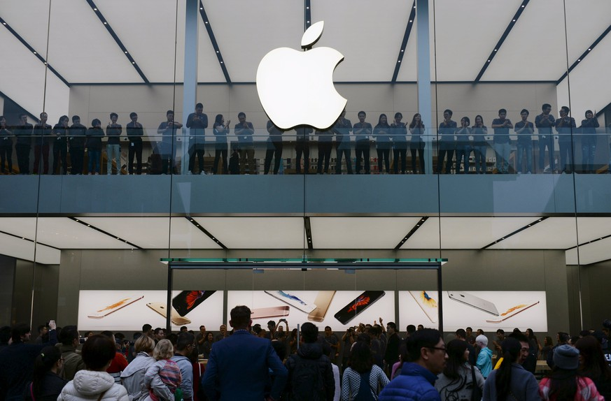 People stand outside before the official opening of the second official Apple Store in Chengdu, November 21, 2015.   CHINA OUT. NO COMMERCIAL OR EDITORIAL SALES IN CHINA