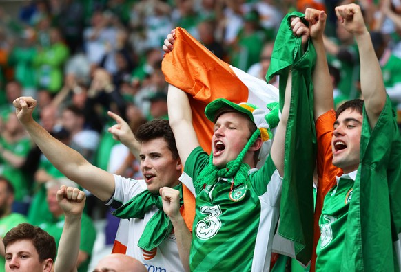 epa05374667 Irish fans cheer for their team during the UEFA EURO 2016 group E preliminary round match between Belgium and Ireland at Stade de Bordeaux in Bordeaux, France, 18 June 2016.  (RESTRICTIONS APPLY: For editorial news reporting purposes only. Not used for commercial or marketing purposes without prior written approval of UEFA. Images must appear as still images and must not emulate match action video footage. Photographs published in online publications (whether via the Internet or otherwise) shall have an interval of at least 20 seconds between the posting.)  EPA/KHALED ELFIQI   EDITORIAL USE ONLY