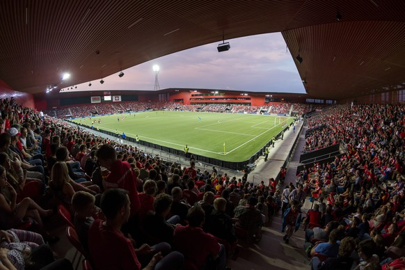 The public, during a friendly soccer match on the side line of the 2018 Fifa World Cup group B qualification between Switzerland and Belarus at the Stadium Maladiere, in Neuchatel, Switzerland, Thursday, June 1, 2017.(KEYSTONE/Cyril Zingaro)