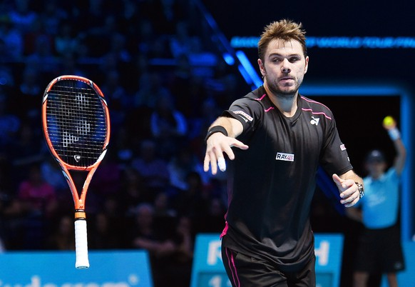 epa05028842 Switzerland's Stanislas Wawrinka reacts by throwing his racket after losing a point to Spain's Rafael Nadal during their singles Ilie Nastase group match of the ATP World Tour Finals tennis tournament at the O2 Arena in London, Britain, 16 November 2015.  EPA/ANDY RAIN