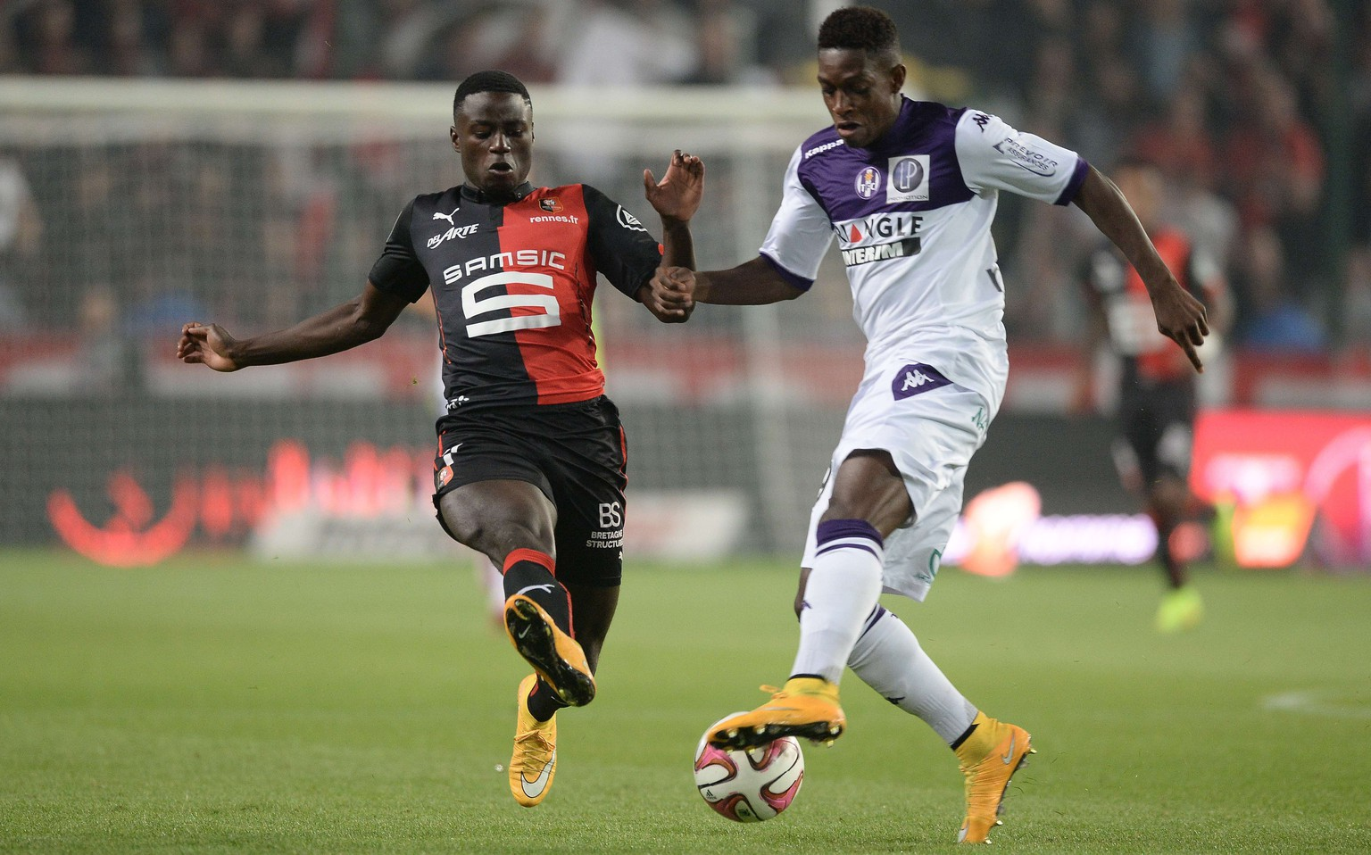 Rennes' French Cameroonian forward Paul-Georges Ntep (L) vies with Toulouse's Swiss defender Jacques-François Moubandje during the French L1 football match between Rennes (SRFC) and Toulouse(TFC) on September 23, 2014 at the route de Lorient stadium in Rennes, western France. AFP PHOTO / JEAN-SEBASTIEN EVRARD