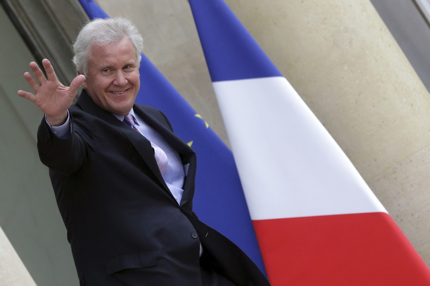 General Electric Chairman and CEO Jeffrey Immelt waves as he leaves after a meeting with France's President Francois Hollande to discuss the future of French engineering group Alstom at the Eyysee Palace in Paris, April 28, 2014.  France will block any deal involving engineering group Alstom it considers unfit, French Economy Minister said ahead of a meeting between President Francois Hollande and General Electric's chief executive to discuss Alstom's future.   REUTERS/Philippe Wojazer (FRANCE - Tags: BUSINESS ENERGY POLITICS)