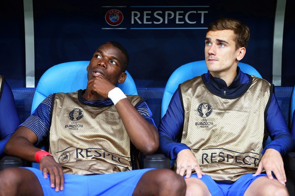 epa05367868 French players Paul Pogba (L) and Antoine Griezmann (R) sit on the bench before the UEFA EURO 2016 group A preliminary round match between France and Albania at Stade Velodrome in Marseille, France, 15 June 2016.  (RESTRICTIONS APPLY: For editorial news reporting purposes only. Not used for commercial or marketing purposes without prior written approval of UEFA. Images must appear as still images and must not emulate match action video footage. Photographs published in online publications (whether via the Internet or otherwise) shall have an interval of at least 20 seconds between the posting.)  EPA/OLIVER WEIKEN   EDITORIAL USE ONLY