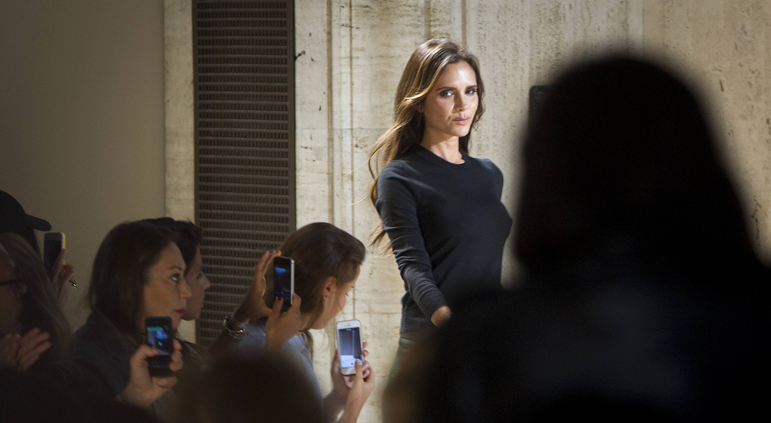 Designer Victoria Beckham walks onto the runway following her Spring/Summer 2015 collection show during New York Fashion Week in the Manhattan borough of New York September 7, 2014.    REUTERS/Carlo Allegri (UNITED STATES - Tags: FASHION ENTERTAINMENT PROFILE)