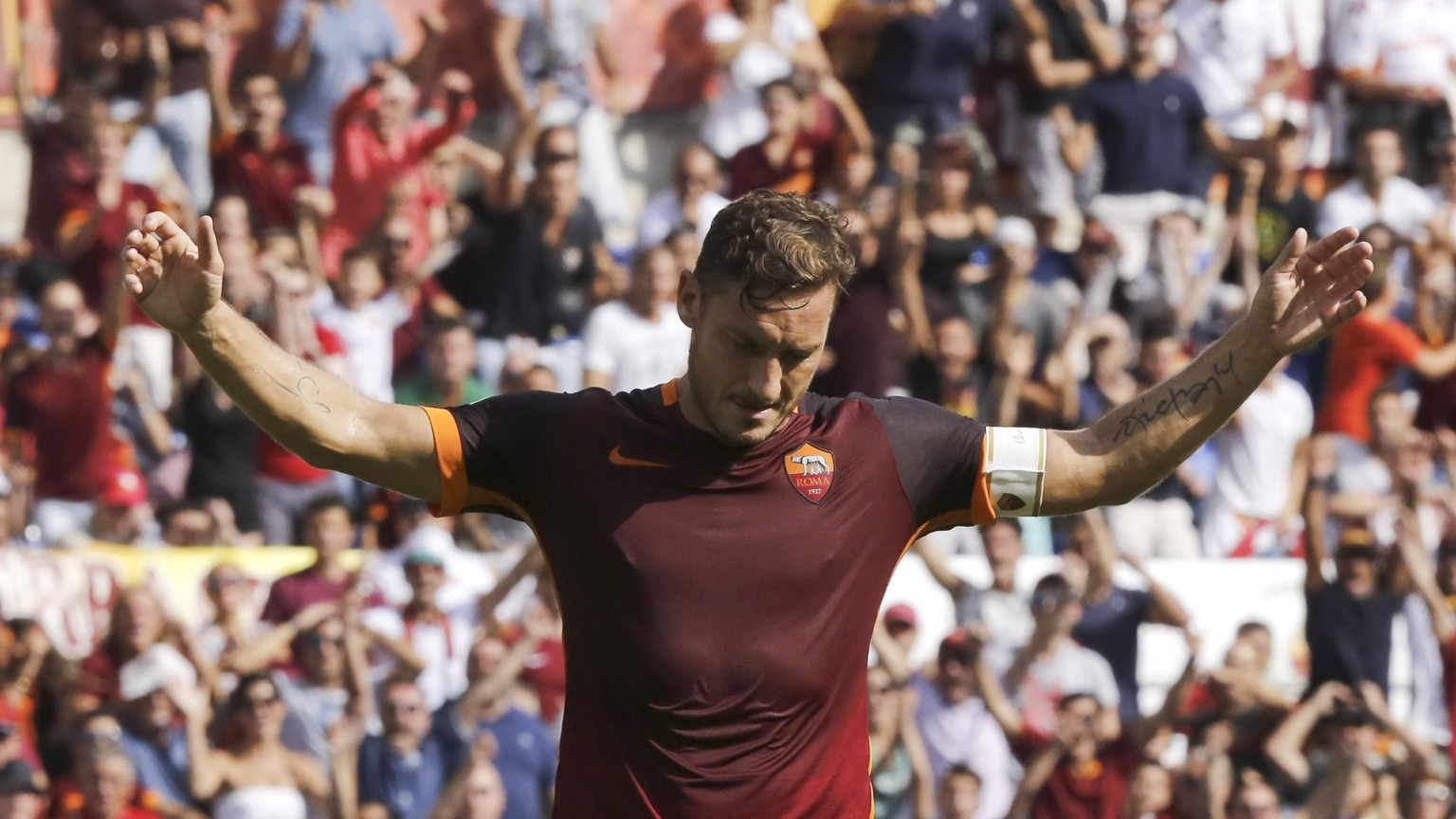 Romaís Francesco Totti celebrates after scoring during a Serie A soccer match between Roma and Sassuolo, at Rome's Olympic stadium, Sunday, Sept. 20, 2015. (AP Photo/Riccardo De Luca)