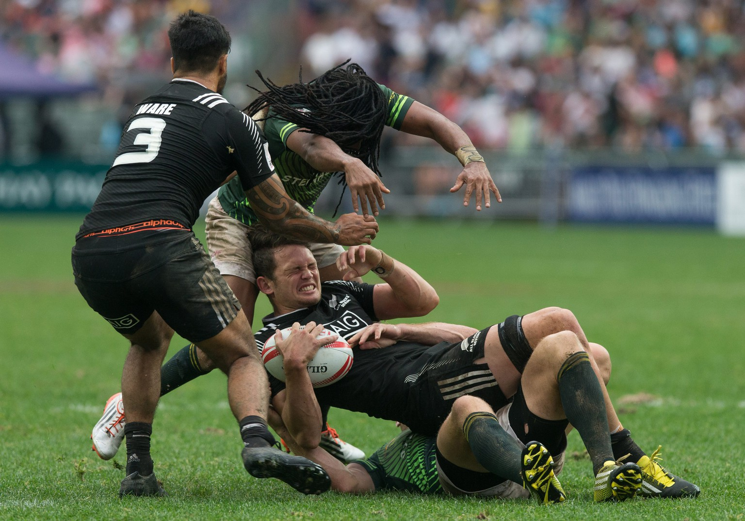 epa05252832 New Zealand's Lewis Ormond is tackled  during the match between New Zealand and South Africa for the Hong Kong Rugby Sevens tournament in Hong Kong, China, 10 April 2016.  EPA/JEROME FAVRE