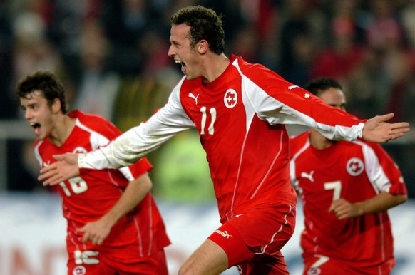 Swiss Marco Streller, center, jubilates after scoring the second goal with Tranquillo Barnetta, left, and Ricardo Cabanas, right, during the FIFA 2006 qualifying play-off second leg soccer match between Turkey and Switzerland at Sukru Saracoglu Stadium in Istanbul, Turkey, Wednesday, November 16, 2005. (KEYSTONE/Laurent Gillieron)