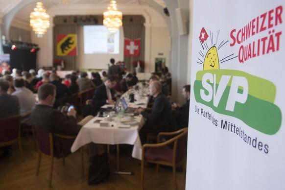 Befuerworter warten auf die Abstimmungsresultate an der Abstimmungsveranstaltung der SVP, am Sonntag, 9. Februar 2014, in Aarberg BE. Das Schweizer Stimmvolk stimmt heute ueber die Masseneinwanderungs-Initiative der SVP ab. (KEYSTONE/Marcel Bieri)